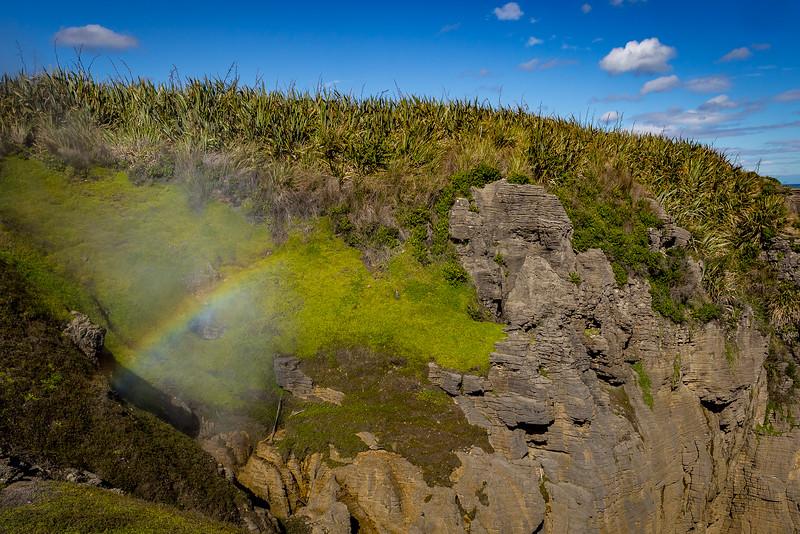 Blowhole mit Regenbogen bei den «Punakaiki Pancake Rocks»