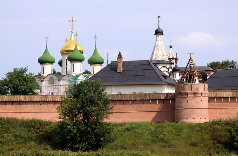 Suzdal - Saviour Monastery of St Euthymius, founded in the 14th century to protect the northern entrance to Suzdal.  The seven dome church is the Cathedral of the Transfiguration of the Saviour.