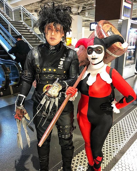 Edward Scissorhands and Harley Quinn in the train station en route to #c2e2 today. Wow!