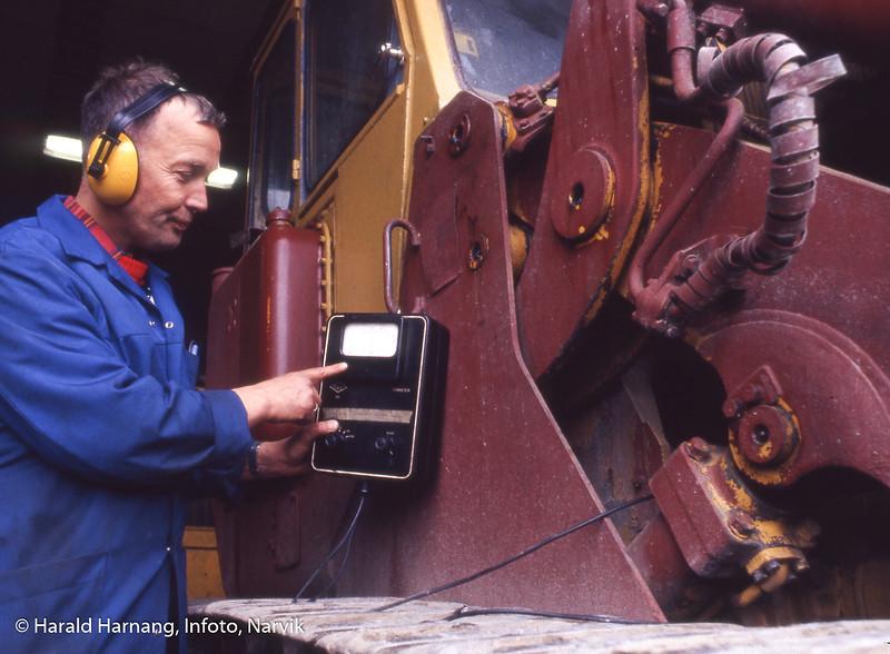 Narvik tekniske fagskole på Øra (Fagernes). Opplæring i rep av store maskiner. Faglærer Bjørn Rønhaug.