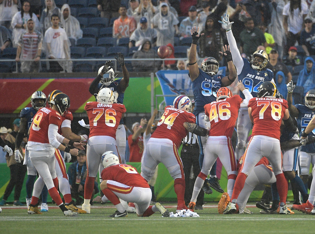 . AFC kicker Chris Boswell (9), of the Pittsburg Steelers, kicks a field goal to win the game, during the second half of the NFL Pro Bowl football game against the NFC, Sunday, Jan. 28, 2018, in Orlando, Fla. The AFC defeated the NFC 24-23. AFC punter Brett Kern (6), of the Tennessee Titans, holds.(AP Photo/Phelan M Ebenhack)