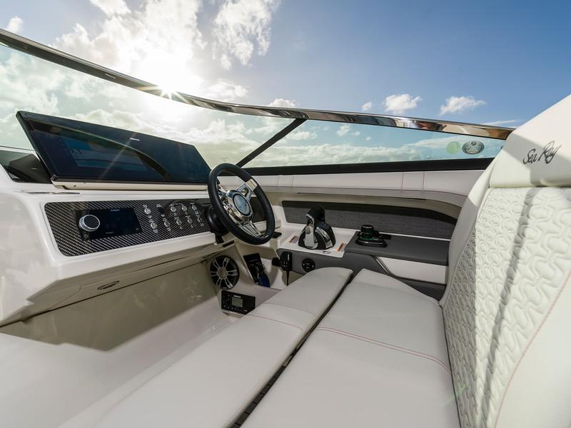 2020-SLX-R-310-outboard-helm-seat-02.jpg