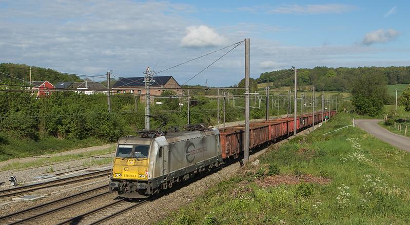 ECR E 186 166 brings the empty scrap train 48543 (Genk-Goederen - Gremberg/D) through Hindel.