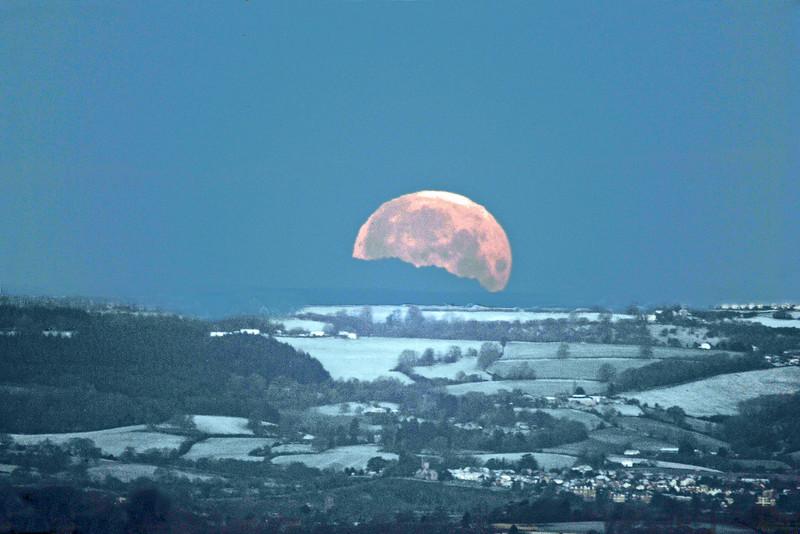 Moonset 1392 Ian Peters.jpg