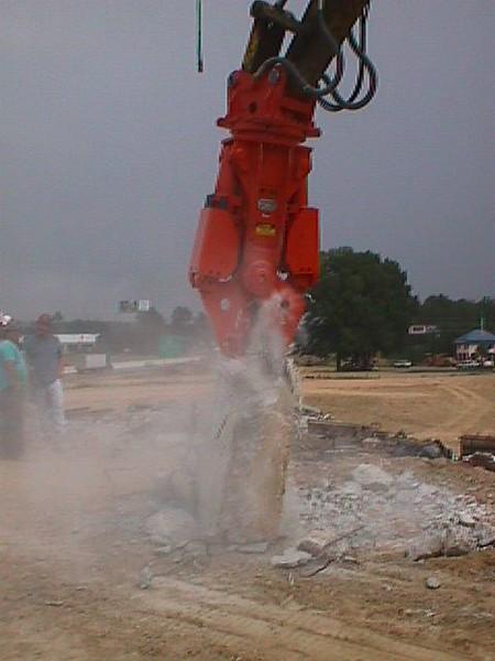 NPK M20G concrete pulverizer on Kobelco excavator-concrete crushing (5).JPG