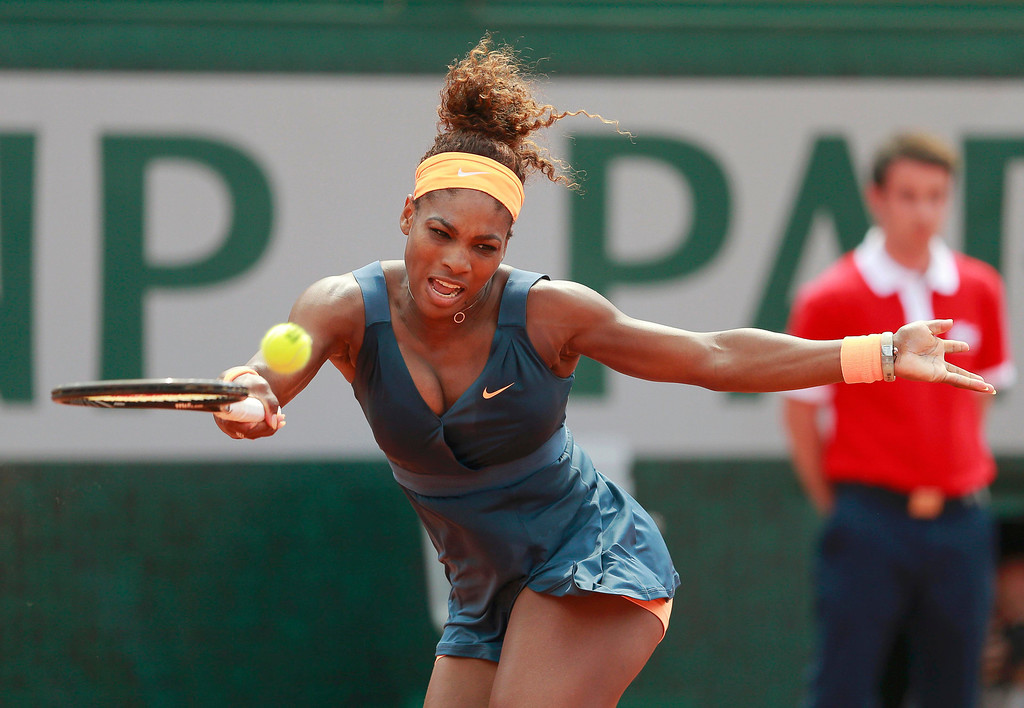 . Serena Williams of the U.S. hits a return to Maria Sharapova of Russia during their women\'s singles final match at the French Open tennis tournament at the Roland Garros stadium in Paris June 8, 2013.      REUTERS/Vincent Kessler