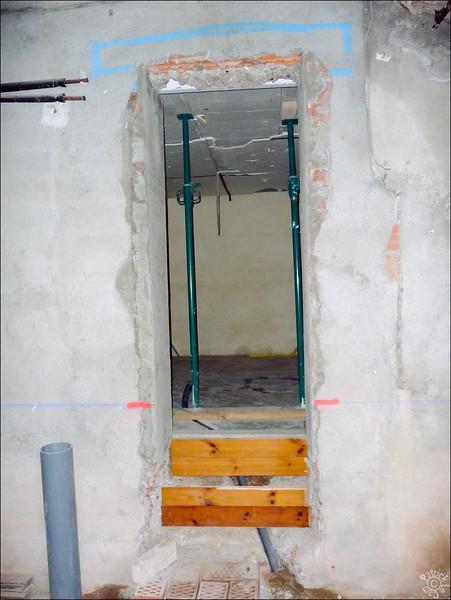 Ouverture du mur de la maison pour l'accès au futur lavadero