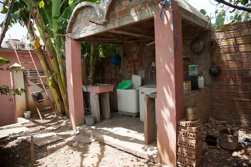 The room on the left (the one that the ladder is leaning against) is my casa particular.  This is the laundry facility, conveniently located outside, right next to where the laundry is the hanging