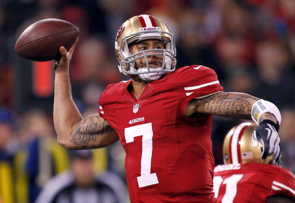 Description of . San Francisco 49ers quarterback Colin Kaepernick throws a pass against the Green Bay Packers in the first quarter during their NFL NFC Divisional playoff football game in San Francisco, California, January 12, 2013.  REUTERS/Robert Galbraith