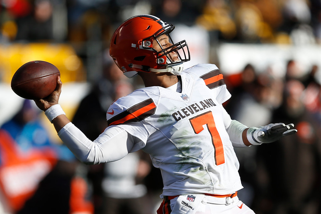 . Cleveland Browns quarterback DeShone Kizer (7) throws a 56-yard touchdown pass to running back Duke Johnson during the first half of an NFL football game against the Pittsburgh Steelers in Pittsburgh, Sunday, Dec. 31, 2017. (AP Photo/Keith Srakocic)