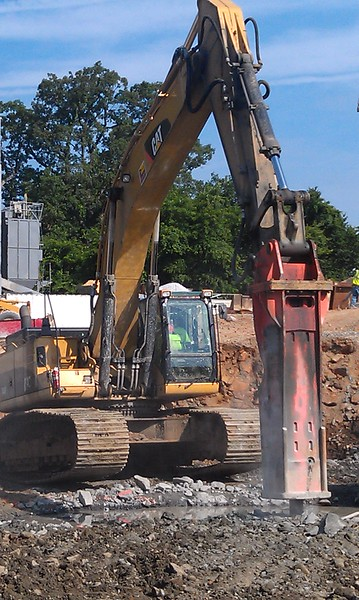 NPK GH30 hydraulic hammer on Cat 345DL excavator (7).jpg