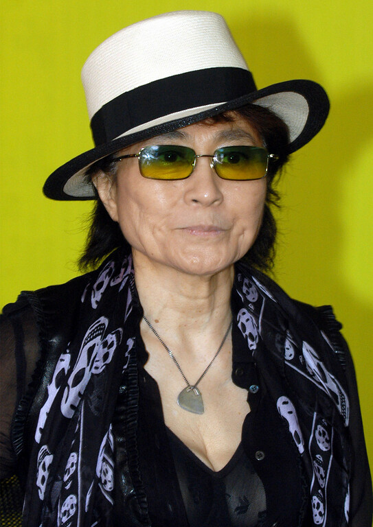 """. Artist Yoko Ono, poses during a performance at the Portikus exhibition hall in Frankfurt, western Germany, on Tuesday, May 31, 2005 where she presented her \""""Dream Universe\"""" exhibition which is a project in collaboration with students from the Staedel Art School in Frankfurt until June 26, 2005. (AP Photo/Bernd Kammerer)"""