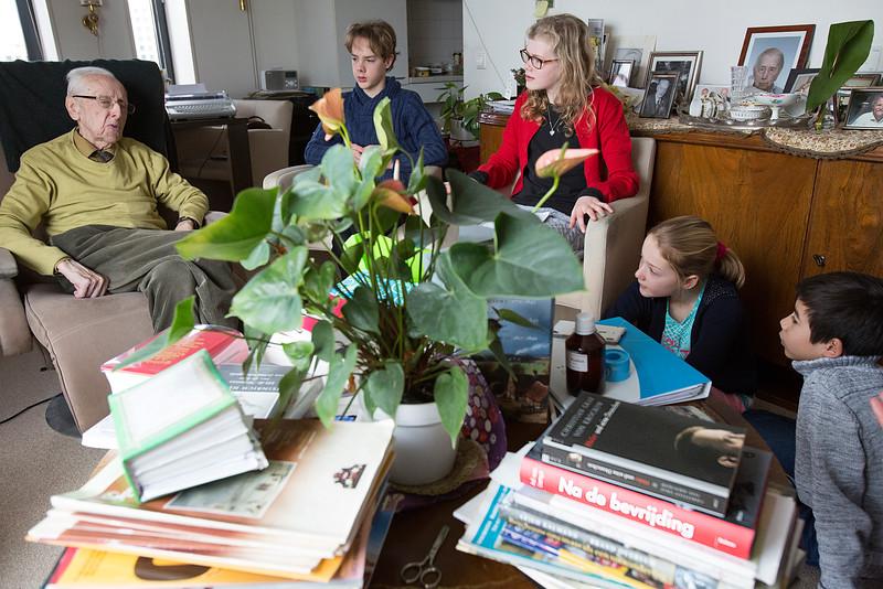 Oorlog in Mijn Buurt, 10 februari 2015, leerlingen van de Anne Frankschool interviewen Bert Rietveld, voormalig directeur van hotel Polen, over de oorlog. Foto: Katrien Mulder