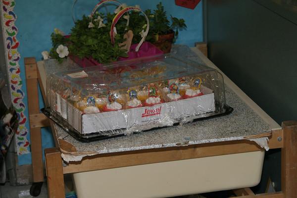 2007.04.30 - Josh Birthday Class Cupcakes - Gan Sholom