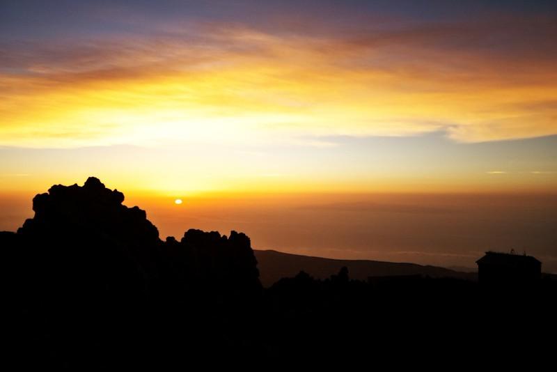 T-0 aneb východ slunce ve výšce zhruba 3600 metrů nad mořem. Vlevo je v pozadí vidět ostrov Gran Canaria.