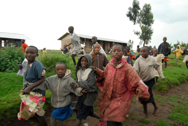 070115 4530 Burundi - School children on the road to Rutana _E _L ~E ~L.JPG