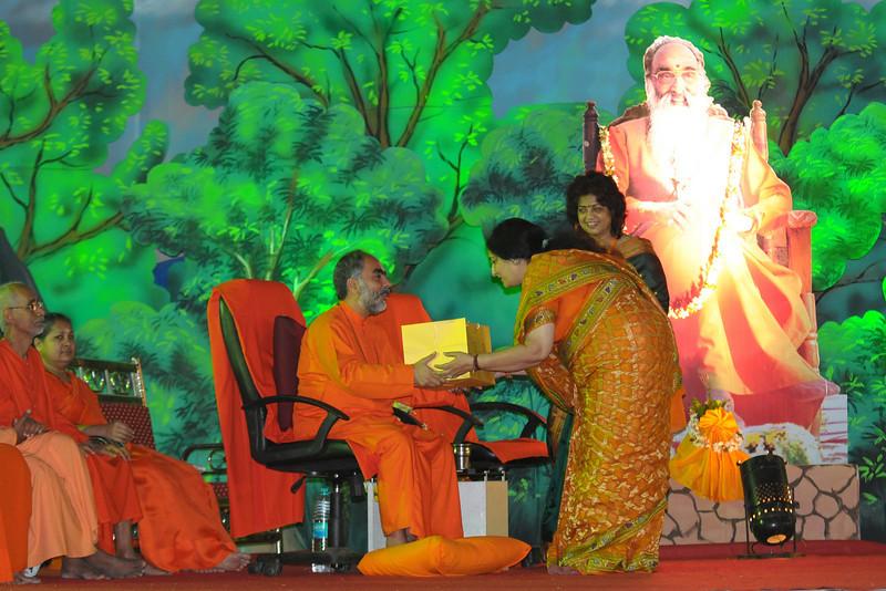 Ms. Anuradha Paudwal greeting Swami Swaroopanandaji. Chinmaya Mission Mumbai's Maha Jnana Yajna and 108 Samashti Havan. Chant Mumbai. Shaant Mumbai.Thousands of Mumbaikars came together on Sunday, 15th Feb 2009 to jointly chant 'Hanuman Chalisa', at a congregation called 'Chant Mumbai Shaant Mumbai'. The congregation was organised by Chinmaya Mission at Andheri Sports Complex for the peace and prosperity for the city of Mumbai.