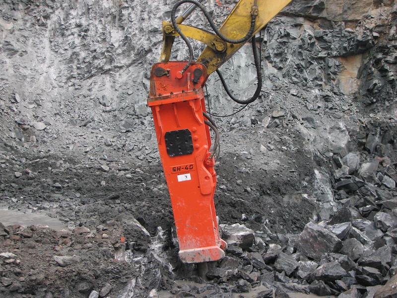 NPK GH40 hydraulic hammer on Komatsu excavator (3).JPG