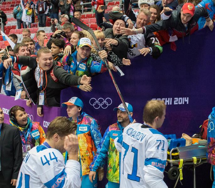 Komarov antaa mailansa ottelun lopuksi innokkaalle fanille