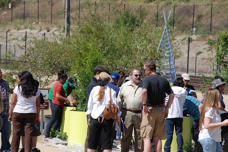 EarthDayLatino_FloraPlanting_2011--04-15_26.JPG