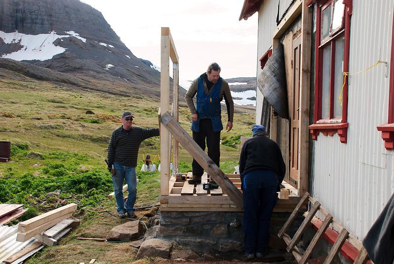 Gunnar, Stefán og Inga reisa grindina.