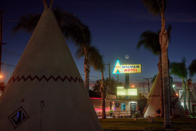 Wigwam Motel Moonset-01.jpg
