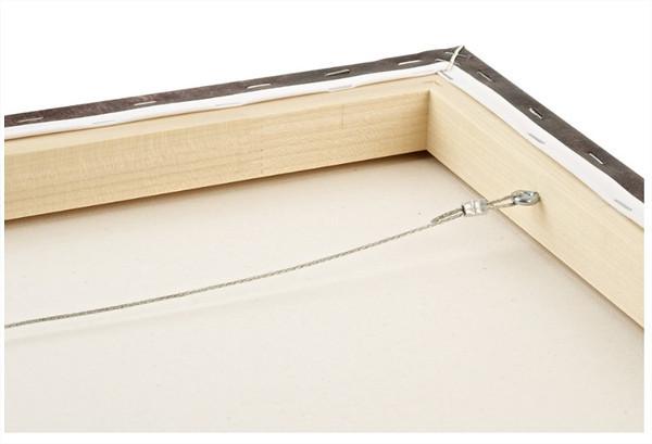 Un fil de fer peut être installé pour fixer la toile au mur