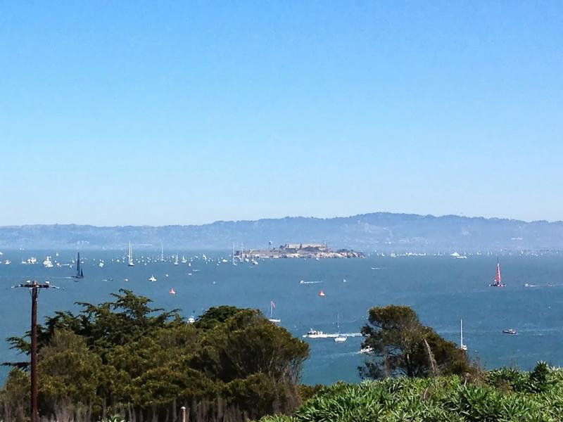 A la izquierda, el catamaran de Oracle (EE.UU), a la derecha el de NZ