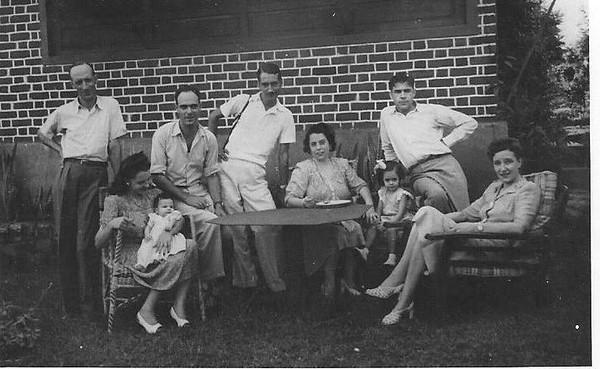 Casal Melim e filho Ze' ( bebe') no lado esquerdo. Queirós atras da Guida Melim ( sentada com o Ze').  Lado direito a Laura