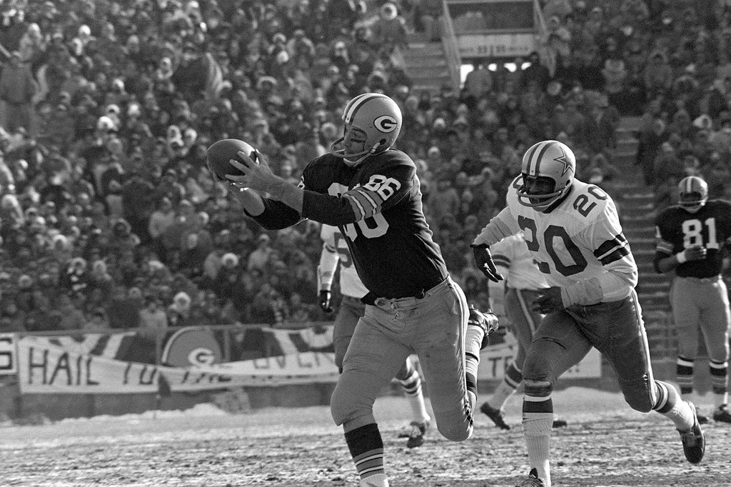 """. Boyd Dowler (86) of the Green Bay Packers grabs a Bart Starr touchdown pass against Mel Renfro of the Dallas Cowboys in the NFL championship game at Green Bay, Wi., on Dec. 31, 1967.  The \""""Ice Bowl,\"""" played in frigid temperatures, was won by the Packers 21-17.  (AP Photo)"""