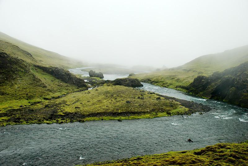 Horft niður með Syðri-Ófæru í þokuna.