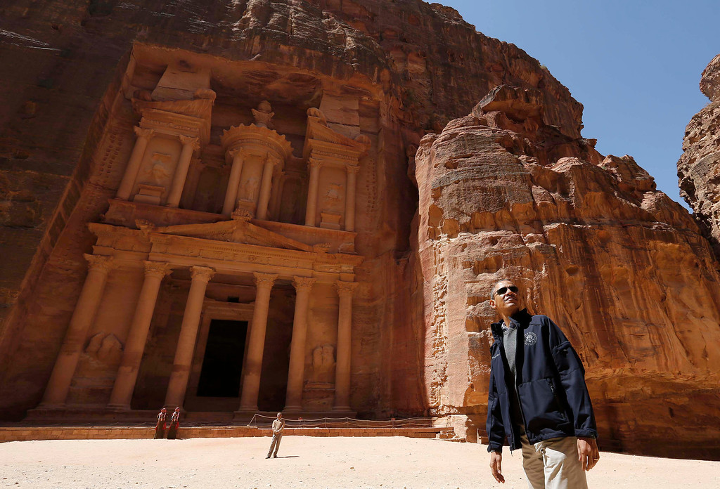 . U.S. President Barack Obama stops to look at the Treasury as he takes a walking tour of the ancient historic and archaeological site of Petra March 23, 2013. Obama visited Jordan\'s ancient city of Petra on Saturday as he wrapped up a four-day Middle East tour by setting aside weighty diplomatic matters and playing tourist for a day. REUTERS/Larry Downing