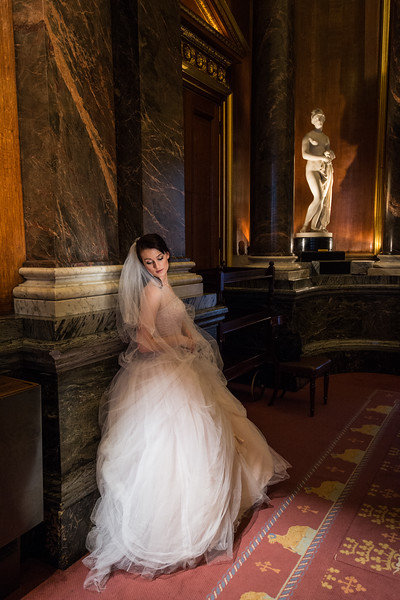 Bride in the stunning setting of Drapers' Hall, London