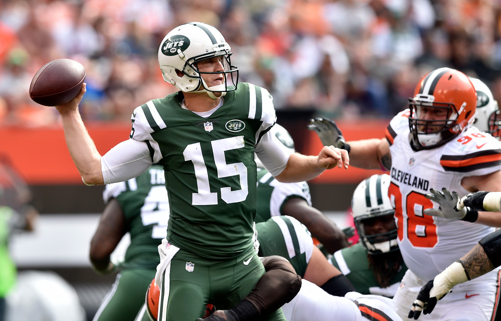 . New York Jets quarterback Josh McCown (15) passes against the Cleveland Browns during the second half of an NFL football game, Sunday, Oct. 8, 2017, in Cleveland. (AP Photo/David Richard)
