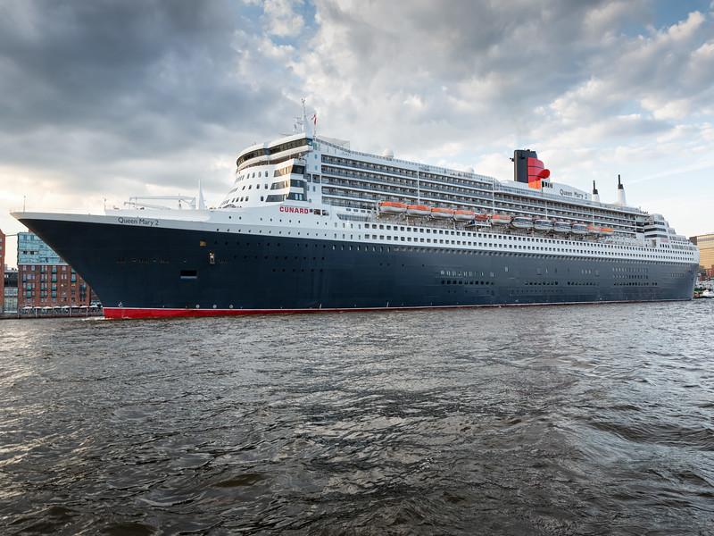 Queen Mary 2 auf der Elbe