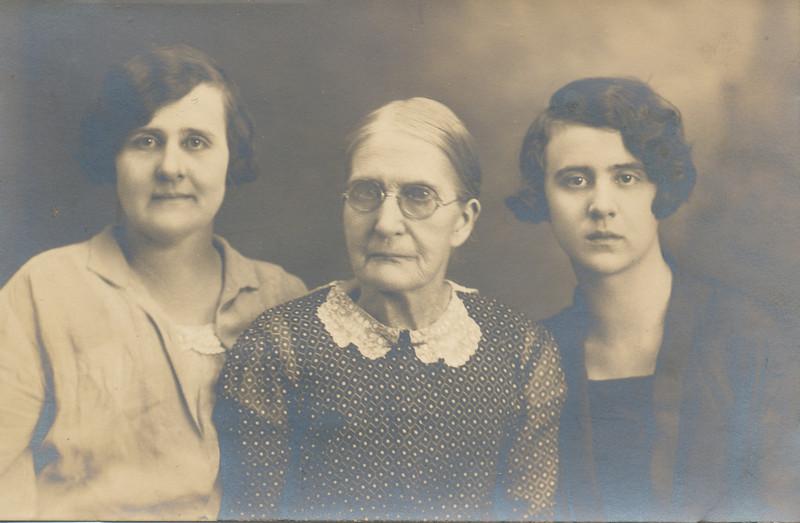 Iona Sullivan, Mary Susan Bowyer, Helen Clark 1927.jpg