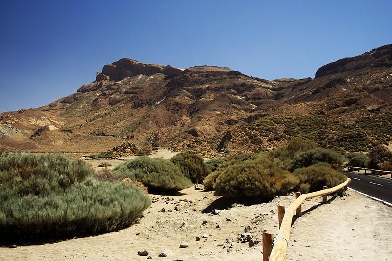 Okraj kaldery z vyhlídky Llano de Ucanca. Na levém okraji jsou vidět modrozelené kameny Azulejos, naše další zastávka.