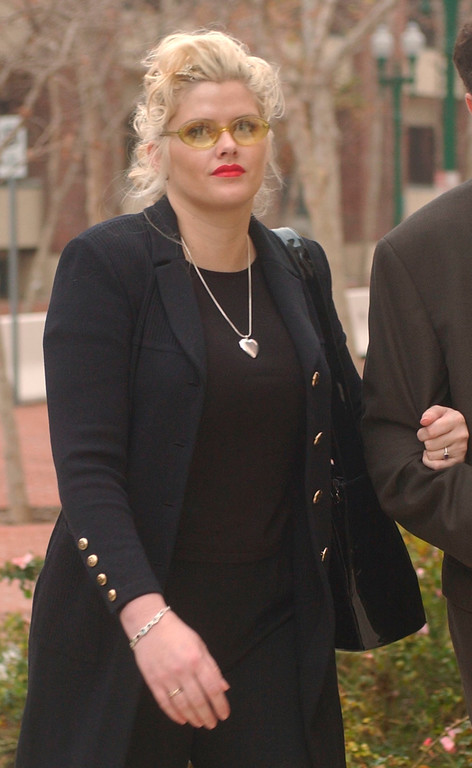 . Anna Nicole Smith arrives at the Federal Courts building in Santa Ana, Calif. Friday, Jan. 4, 2002.  Smith is involved in a lawsuit over the inheritance of her late billionaire husband J. Howard Marshall\'s estate.   (AP Photo/John Hayes)