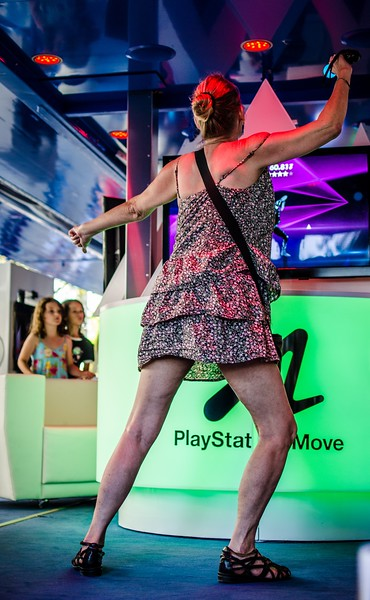 Dancing girl @ Gamescom 2012