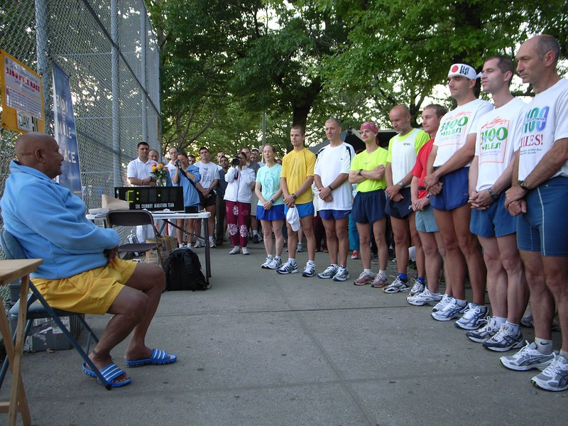 Guru meditating with Runners 2007.JPG