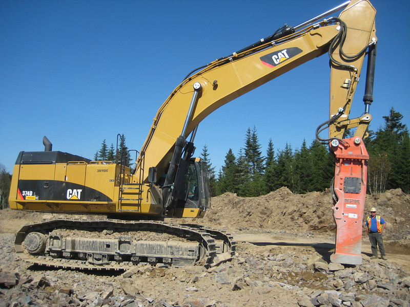 NPK GH40 hydraulic hammer on Cat excavator (2).jpg