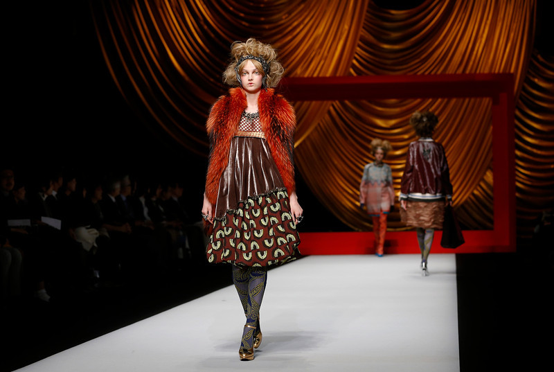 . Models display creations from Japanese designer Hiroko Koshino\'s  2014-2015 Autumn/Winter collection at  Tokyo Fashion Week in Tokyo, Wednesday, March 19, 2014. (AP Photo/Shizuo Kambayashi)