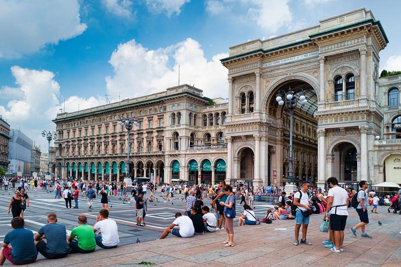 Piazza in Milano-L1010314.jpg