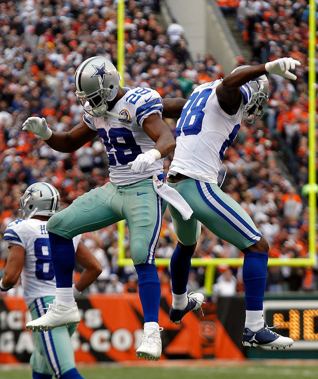 . Dallas Cowboys\' running back DeMarco Murray (29) celebrates his touchdown run with Dez Bryant against the Cincinnati Bengals during the first half of play in their NFL football game at Paul Brown Stadium in Cincinnati, Ohio, December 9, 2012.  REUTERS/John Sommers II