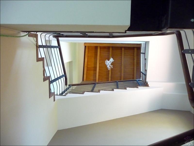 Vue depuis le bas des escaliers