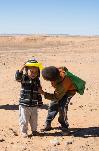ילד ואחיו עם בלון.jpg