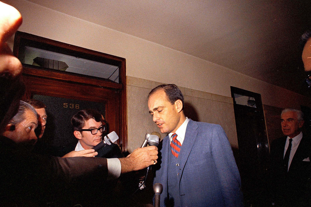 . Deputy District Attorney Vincent Bugliosi talks to the press at the L.A. County courthouse during the county grand jury hearings on the Sharon Tate murders, Dec. 1969.   (AP Photo)