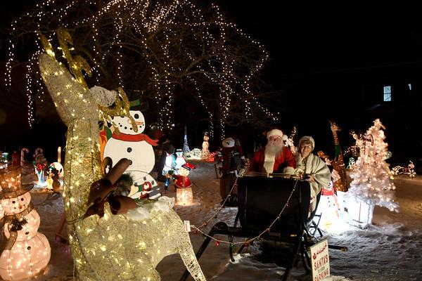 Wayne Arnold's Christmas Lawn Display - 122219