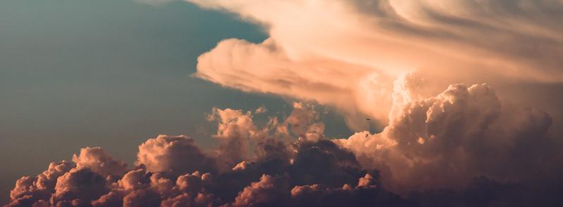 Al avión entre los nubarrones