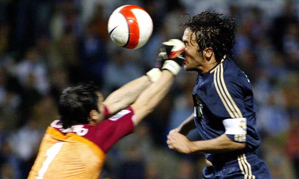. Real Madrid\'s Raul (R) vies with Recreativo Huelva\'s goalkeeper Sorrentino (L) during a Spanish league football match at the Nuevo Colombino stadium in Huelva, on March 1, 2008.  AFP PHOTO/ CRISTINA QUICLER